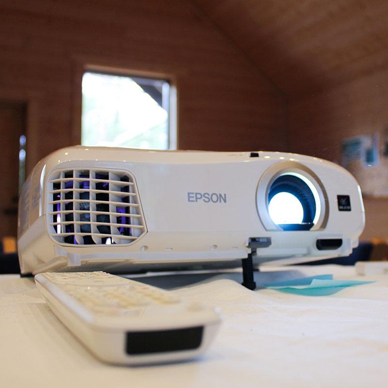 Konferens i Skogens Hus med projektor